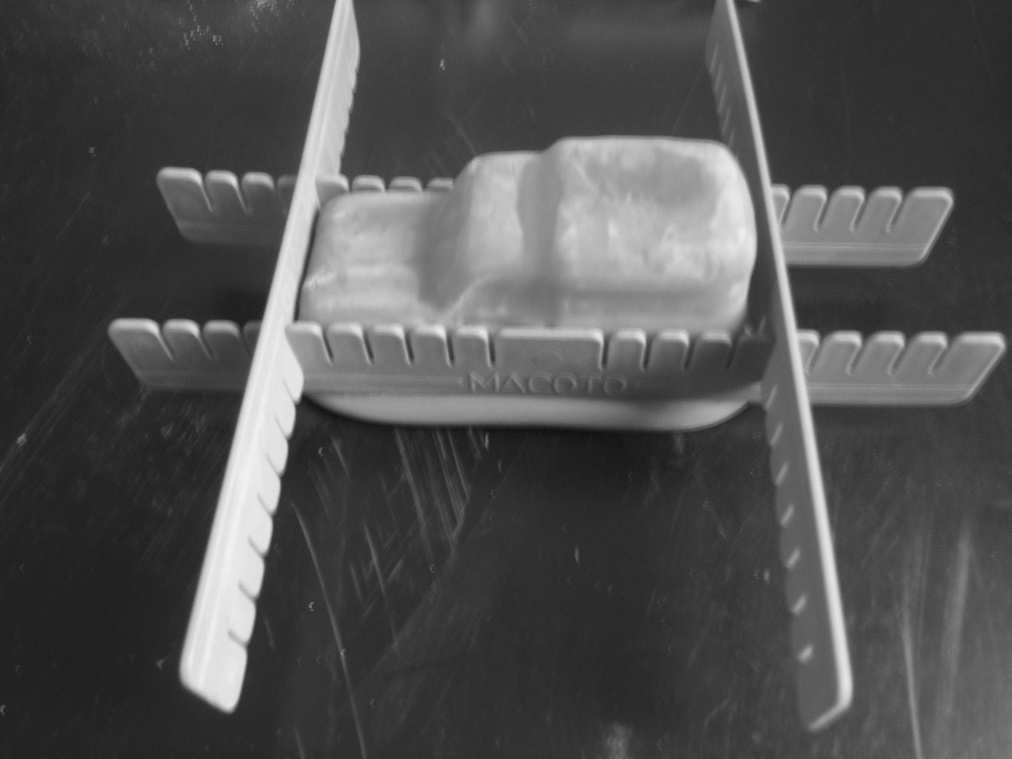 Voiture en plâtre Macoto : mise en place des croisillons pour rigidifier le moule