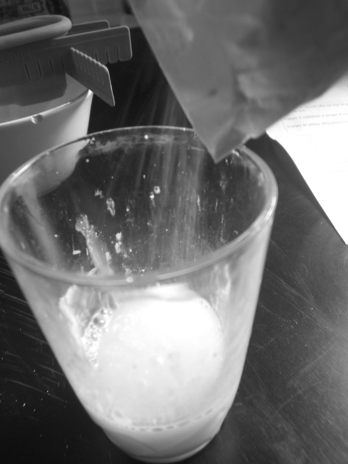 3 cuillère à soupe d'eau, et on verse un peu de plâtre.